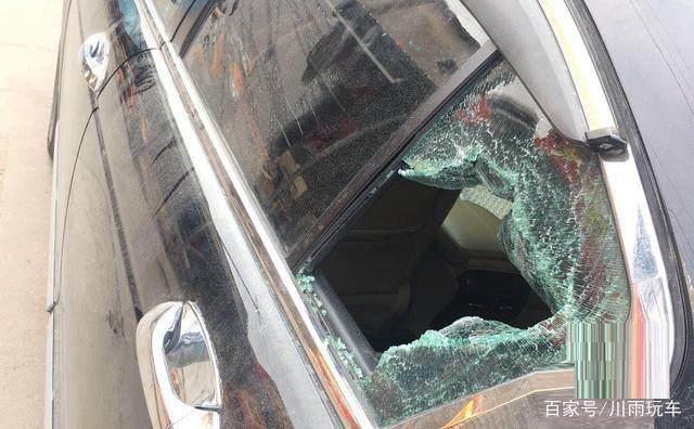 车钥匙锁在车内,车主砸这块玻璃被大家嘲笑了半天