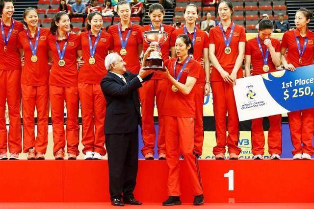 中国女排两度在日本夺冠!日本主帅被打哭,颁奖前日本观众都退场
