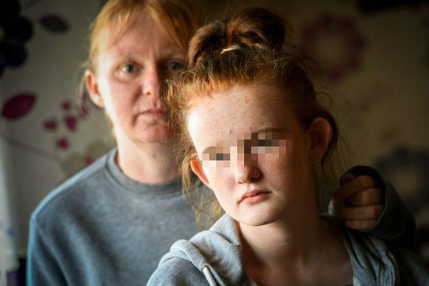 12岁英国女学生,为帮助朋友收了他的刀,却害自己被学校开除了