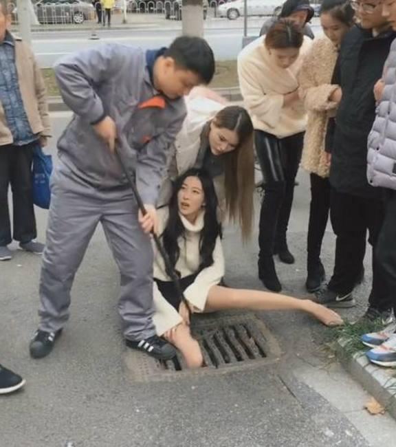 18岁性感美女被卡在下原因,说出美女后,众人哭最成华教师v原因水道图片