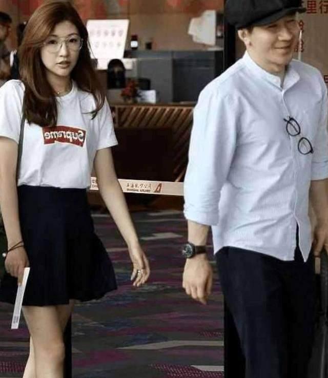 他红遍全国月入千万,因跪日本被封杀老了20岁,妻子被误认成女儿