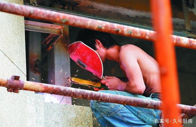 """90后电焊工人的""""高薪""""背后,身体产生很多不适,对眼睛伤害最大"""