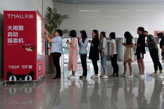 上海现大闸蟹自动贩卖机:15元一只遭排队抢购-烽巢网