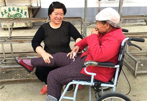 她做了16年保姆,专门照顾老人:很享受与老人相处的快乐-