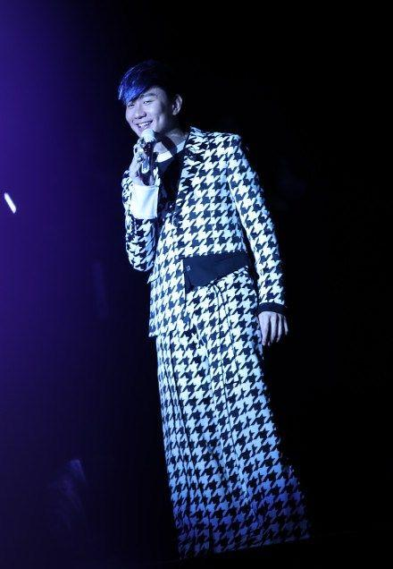林俊杰演唱会上,唱得正深情时刻裤子掉了?他的机智应对让人称赞