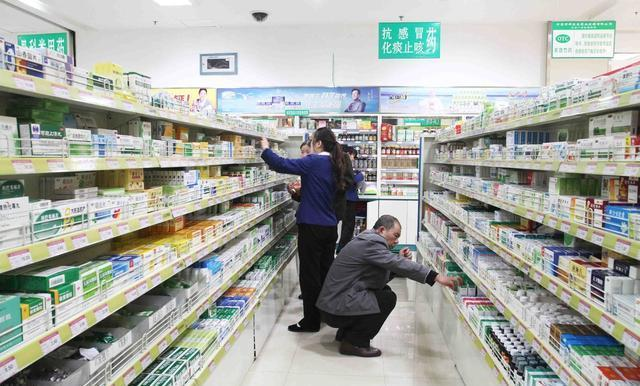 36岁小姨皮肤和小姑娘一样嫩,原来她去药店买