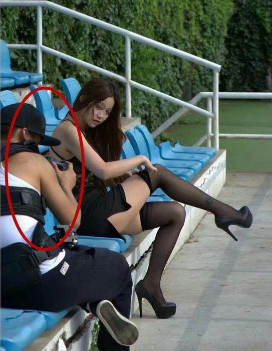 姑娘路况不好就不要坐摩的,衣服扣子被震开了
