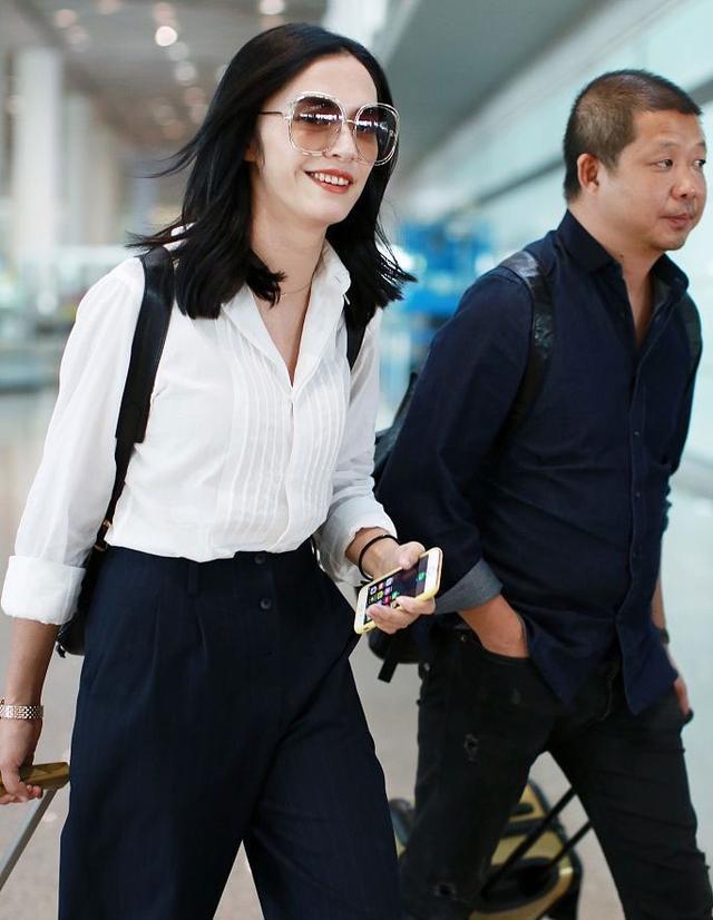 37岁姚晨携老公现身机场,夫妻合体秀恩爱,网友吐槽:真的很丑!