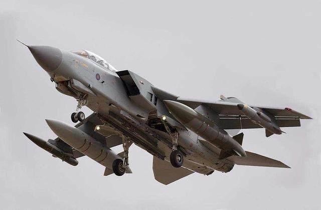 中国飞豹仿自一款欧洲战机:晚服役20年,有些性能还赶不上人家!