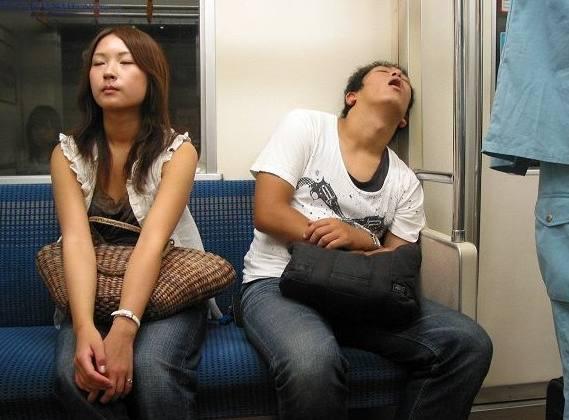 开心一刻:坐公交车,儿子问小女孩:你猜两腿中间
