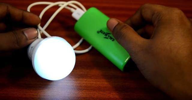 坏掉的灯泡接上移动电源,然后这个新的功能就出来了