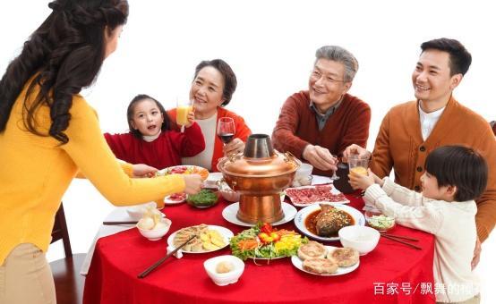 五姐妹回娘家过年人多到转圈吃饭